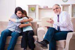 Jong paar die ervaren artsenpsycholoog bezoeken stock afbeeldingen
