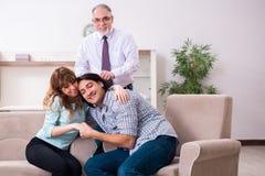 Jong paar die ervaren artsenpsycholoog bezoeken stock foto