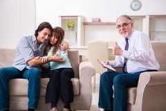 Jong paar die ervaren artsenpsycholoog bezoeken stock foto's