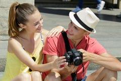Jong paar die foto's controleren op camera royalty-vrije stock afbeelding