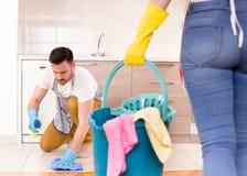 Jong paar die huishoudelijk werk samen doen Royalty-vrije Stock Afbeeldingen