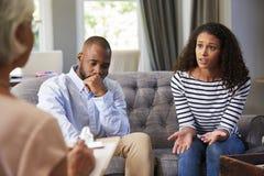 Jong paar die huwelijk het adviseren hebben stock afbeeldingen