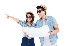 Jong paar die kaart voor richting gebruiken royalty-vrije stock afbeeldingen