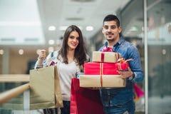 Jong paar die Kerstmis het winkelen doen royalty-vrije stock afbeelding