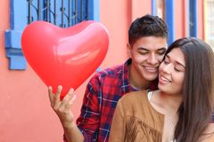 Jong paar die in liefde vallen royalty-vrije stock fotografie