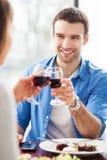 Paar die toost in restaurant hebben Royalty-vrije Stock Fotografie