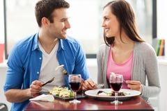 Paar die maaltijd in restaurant hebben royalty-vrije stock afbeelding