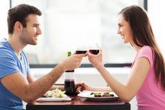 Paar die toost in restaurant hebben stock fotografie