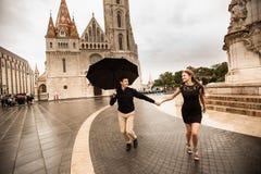 Jong paar die met paraplu in Boedapest op een regenachtige dag lopen Het verhaal van de liefde stock foto