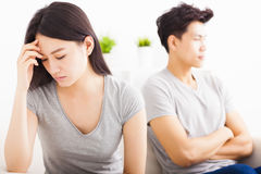 Jong Paar die na strijd spreken niet stock foto's