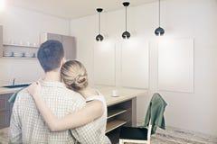 Jong paar die nieuwe keuken bekijken Stock Afbeelding