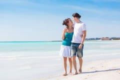 Jong Paar die op Caraïbisch Strand lopen stock foto