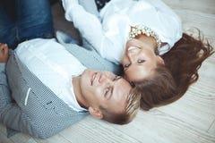 Jong paar die op de houten vloer liggen Stock Foto's