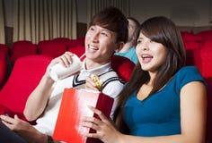 Jong paar die op een film letten Stock Fotografie