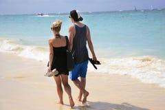 Jong paar die op het strand, Caraïbische Dominicaanse Republiek lopen, Stock Afbeeldingen