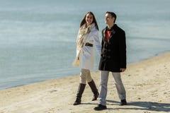 Jong paar die op het strand lopen Royalty-vrije Stock Afbeelding