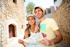 Jong paar die oude stadsstad bezoeken stock foto