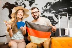 Jong paar die over een reis aan Parijs dromen Royalty-vrije Stock Afbeelding