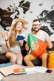 Jong paar die over een reis aan Parijs dromen Stock Afbeeldingen