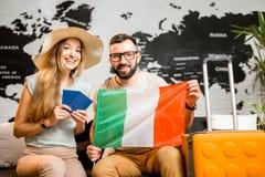Jong paar die over een reis aan Parijs dromen royalty-vrije stock foto