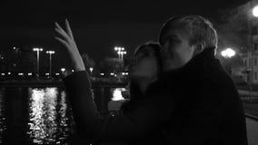 Jong Paar die Passionately op de Stadsstraat bij Nacht omhelzen Een jonge paaromhelzing en een kus elkaar in een stadspark stock footage