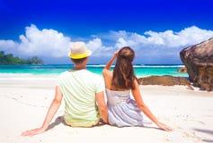 Jong paar die pret hebben bij het tropische strand van Baie Lazare bij Mahe-eiland, Seychellen Stock Afbeeldingen
