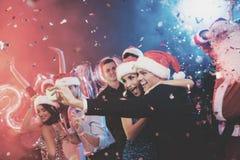 Jong paar die pret hebben bij Nieuwjaar` s partij Zij selfie op een smartphone Royalty-vrije Stock Afbeelding