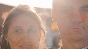 Jong paar die pret op het Holi-Festival hebben stock video