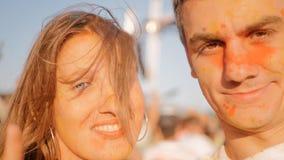 Jong paar die pret op het Holi-Festival hebben stock videobeelden