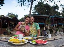 Jong paar die romantische lunch in een buitensporig restaurant hebben Stock Foto
