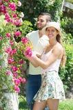 Jong Paar die samen tuinieren Stock Fotografie