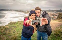 Jong paar die selfie foto met smartphone nemen Stock Foto's