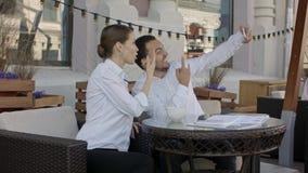 Jong paar die selfie foto's maken bij het restaurant royalty-vrije stock foto