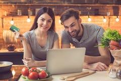 Jong paar die tot voedsel online opdracht geven royalty-vrije stock afbeelding
