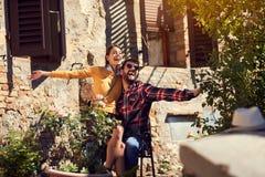 Jong paar die vakantie van tijd genieten royalty-vrije stock foto's