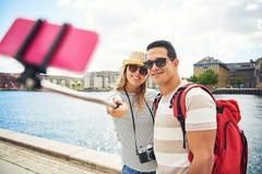 Jong paar die van een backpacking vakantie genieten Stock Foto's