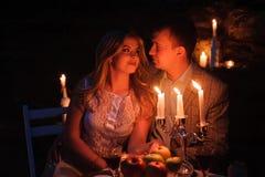 Jong paar die van een romantisch diner genieten door kaarslicht, openlucht royalty-vrije stock foto's