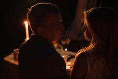 Jong paar die van een romantisch diner genieten door kaarslicht, openlucht royalty-vrije stock fotografie
