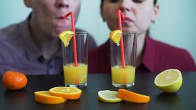 Jong Paar die Vers Oranje Juice Together drinken stock videobeelden