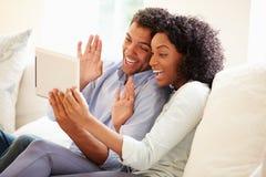 Jong Paar die Videovraag maken die Digitale Tablet gebruiken stock afbeelding