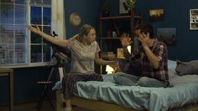 Jong paar die vreselijke ruzie hebben thuis stock video