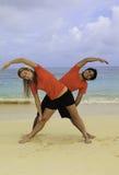 Jong paar die yoga, oefening doen Stock Afbeeldingen