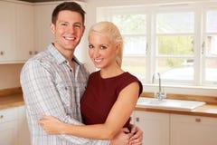 Jong Paar in Eerste Huis samen royalty-vrije stock afbeeldingen