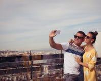 Jong paar gelukkig in liefde die selfie zelf-portretfoto nemen stock fotografie
