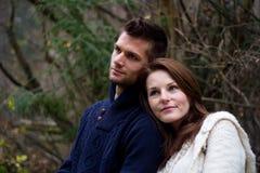 Jong paar in het boshoofd op hoofd Stock Fotografie
