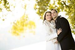 Jong paar in het de herfstpark Stock Fotografie