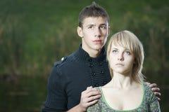 Jong paar in het park royalty-vrije stock foto's