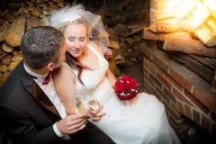 Jong paar het vieren huwelijk Stock Foto