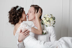 Jong paar in huwelijk stock fotografie