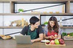 Jong paar in keuken royalty-vrije stock foto